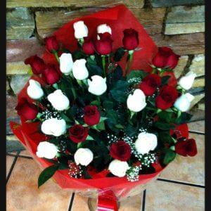 Ramo rosas rojas y blancas